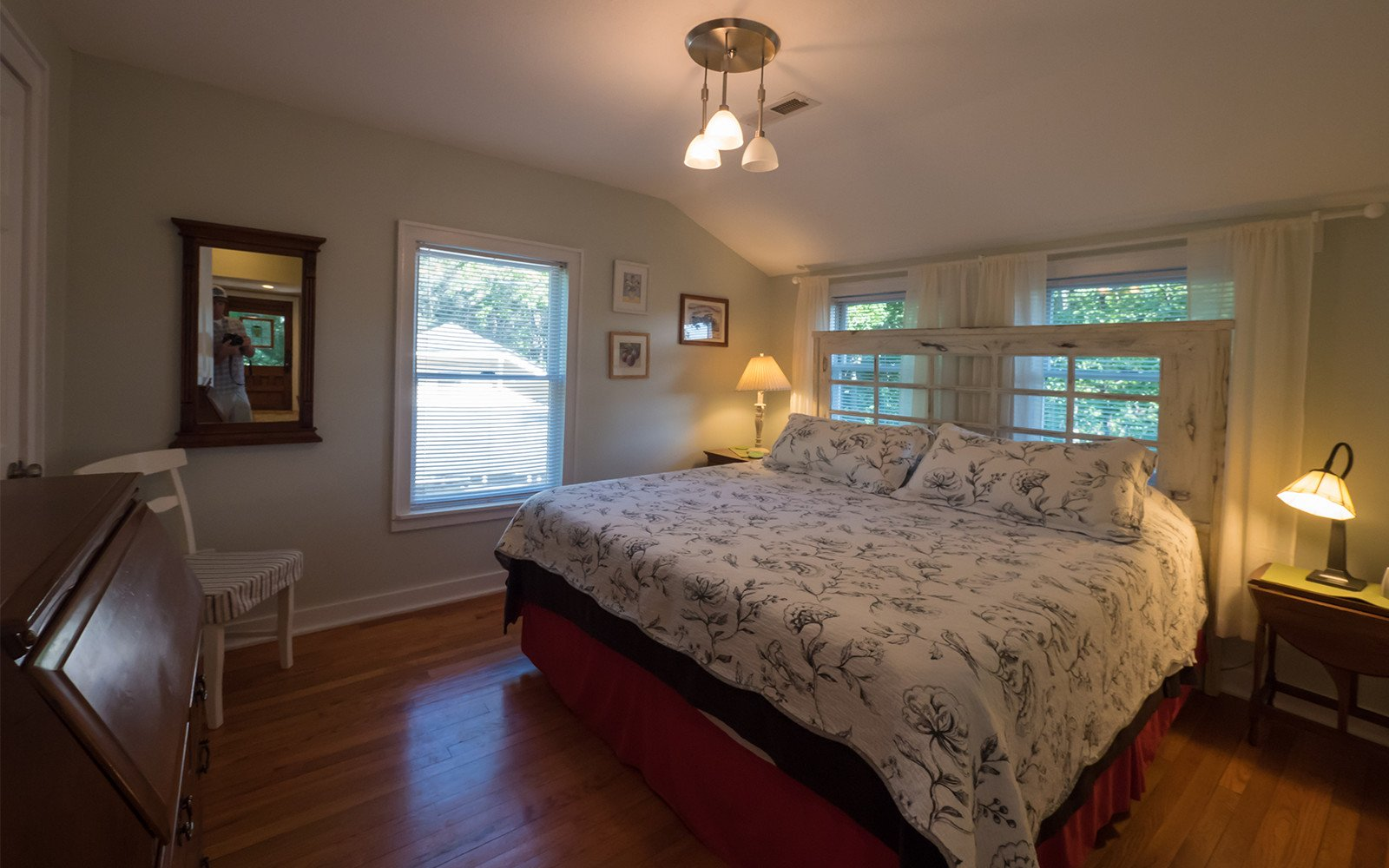 Bungalow-King-bedroom-on-main-level